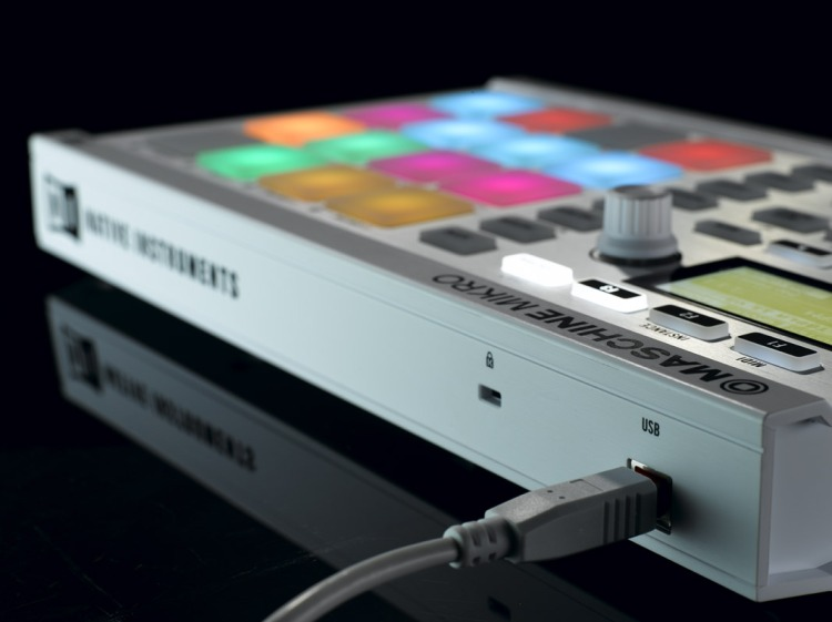 MASCHINE-MIKRO_white_backside-angle_L